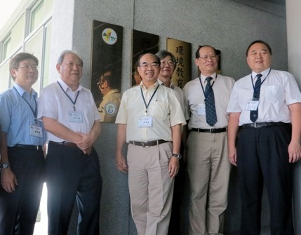 NSC Deputy Minister Mou, Chung-yuan (second left) and NDHU President Wu, Maw-kuen (third left) open the Eastern Taiwan Earthquake Research Center on Sep. 24, 2013 in Hualien County.
